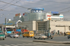 В Петербурге лопнувшая труба разворотила тротуар и напугала пешеходов: видео