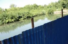 Природоохранный прокурор через суд потребовал освободить береговую полосу реки Нарва для общего доступа