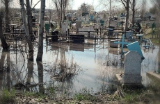 Соцсети: в Кузбассе затопило кладбище