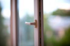 Полуторагодовалый ребенок выпал из окна в Череповце