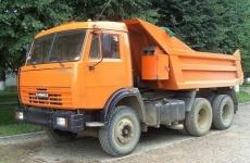 В полночь под Омском иномарка влетела в КамАЗ — ее водитель погиб