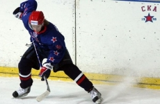 Шесть швов: тренер «Динамо» получил шайбой в голову на матче КХЛ