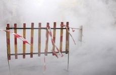 На Химмаше во дворе многоэтажки прорвало трубу с горячей водой